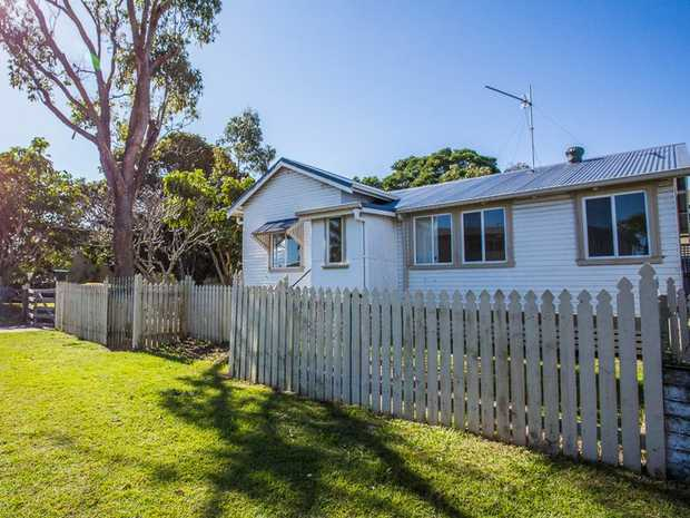 THIS PROPERTY IS CURRENTLY UNDER APPLICATION  This 3 bedroom house is located in a central position.