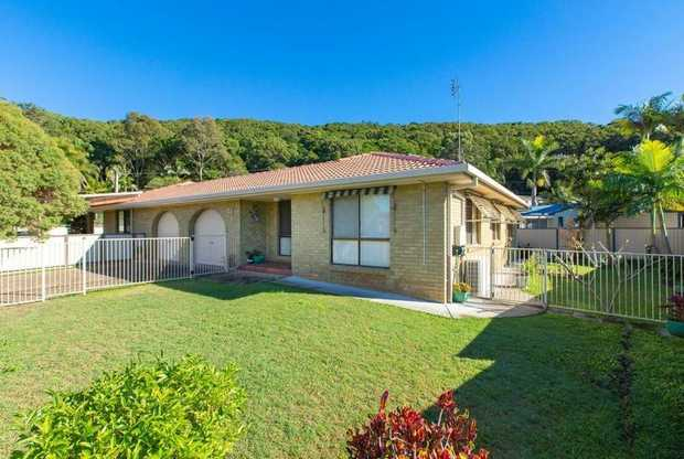 Very neat and tidy brick and tile duplex located in a tight knit river side community of Oxley Cove.  ...