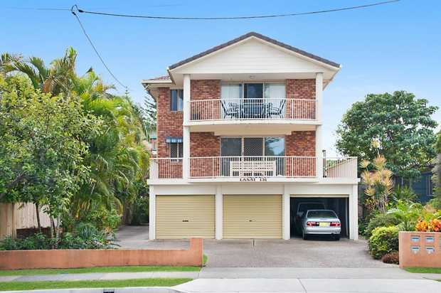 Spacious ground floor unit in a prime location seconds from the stunning beaches of Bilinga. A cleve...