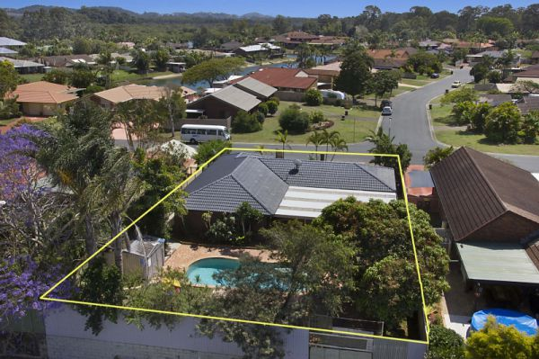 Just minutes from Coolangatta beaches, Tweed Heads shopping outlets and a 200 metre walk to the Twee...