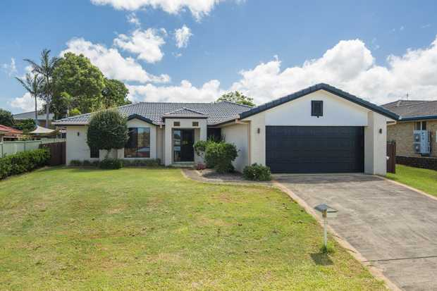 This large 4 bedroom home is in a quiet location, large lounge room with air conditioning, a...