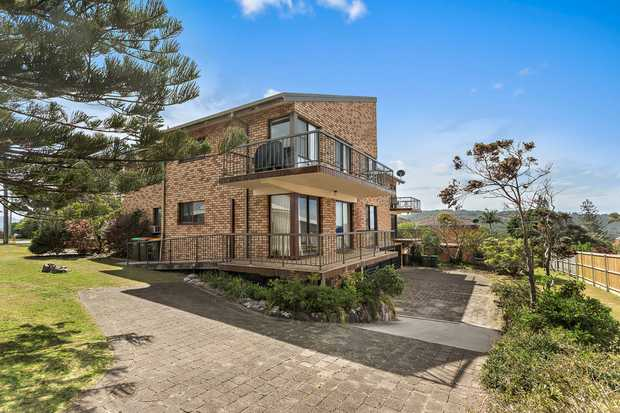 Located in the beautiful Sawtell Beach, this apartment is positioned across the road from the beach....