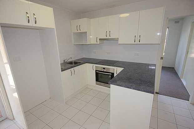 Fresh and modern 2 bedroom unit located within walking distance to the CBD, schools & parks. Tiled k...