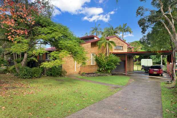 This lovely tri level home has great street appeal and with some modernizing it will bring it into t...