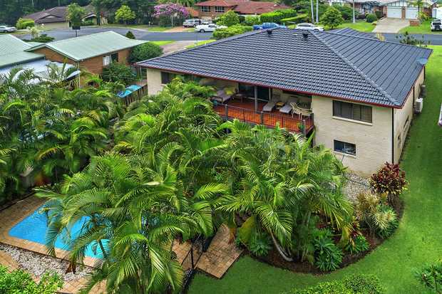 Spacious, stylish & perfectly presented this large 5 bedroom family home is sure to impress. Positio...