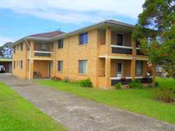 2 bedroom unit in the Urunga town centre. Tiled bathroom, open plan lounge, kitchen & dining and car...