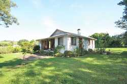 Experience the magic of rural living in this gorgeous little country cottage in Nobbys Creek.  Jus...
