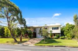 Perfect for the family! 2 Echidna Street Pottsville is situated in the wonderful Koala Beach estate,...