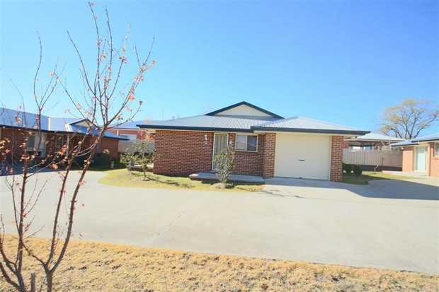 • 2 bedrooms with built-ins • Open plan kitchen with electric appliances / dishwasher. • Lounge /...