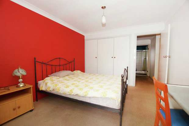 Located just minutes walk from Toormina shopping centre and Boambee Reserve is this furnished room....