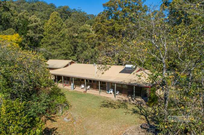 Charming character style home surrounded by 25 acres in Valla...