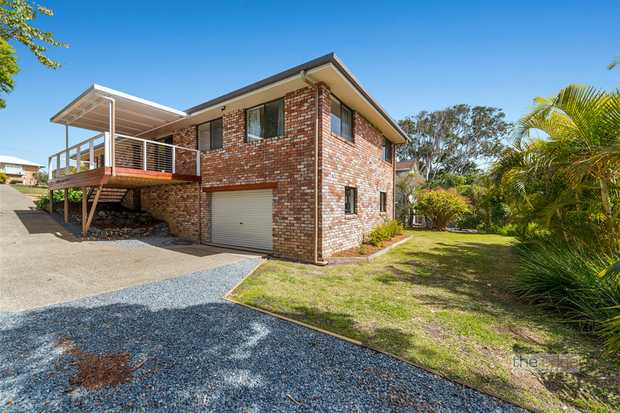 This family home set in a blissfully private location just a short walk to Sapphires beautiful beach...