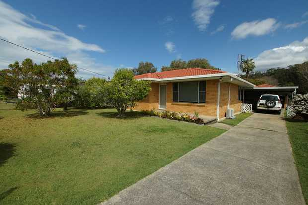 This 3 bedroom family home is located only minutes to popular beaches, restaurants, cafes and shops...
