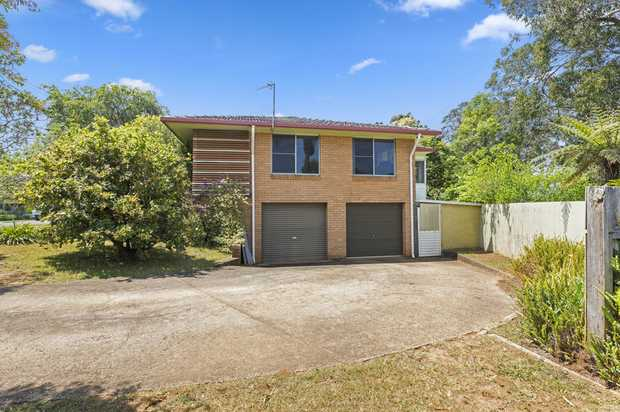 This four bedroom home typifies exactly why we live on the Coffs Coast.  Centrally located within easy...