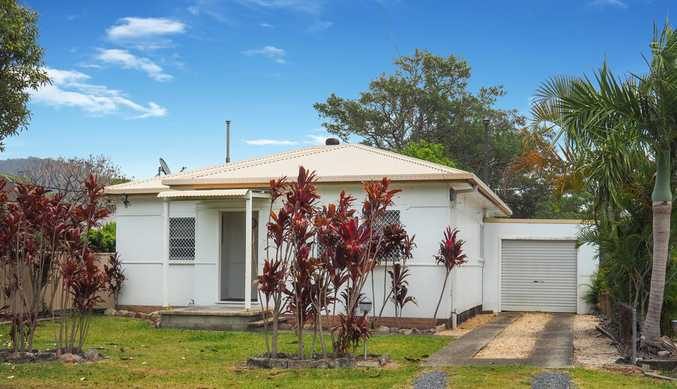 House on 949m2 level block, close to town...