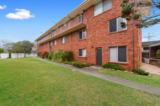 Situated in the perfect location near the CBD with walking distance to shopping, clubs, restaurants...