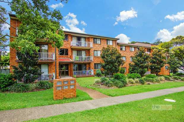 This lovely modern and spacious two bedroom unit is superbly positioned in the Jetty precinct. The u...