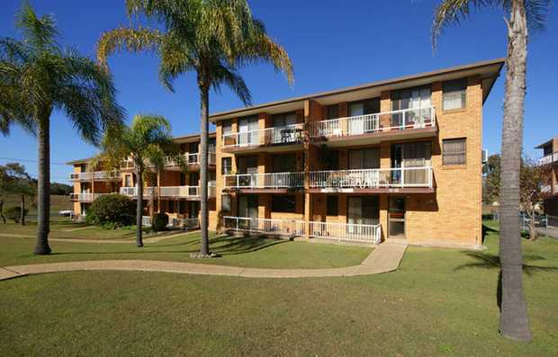 This well presented unit is located close to beaches, parks, sporting fields and shopping centres. T...