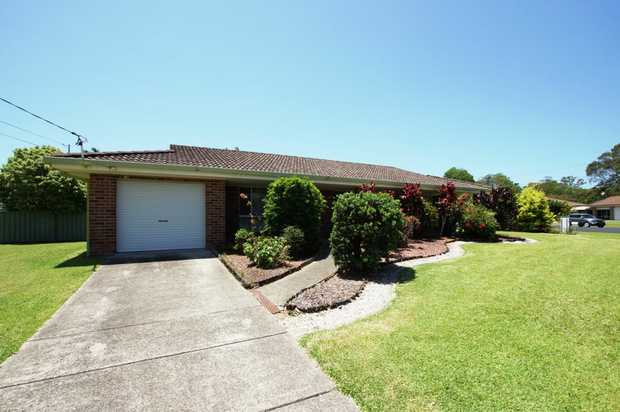 This lovely family home is within walking distance to Coffs Harbour golf course and city centre. Thi...