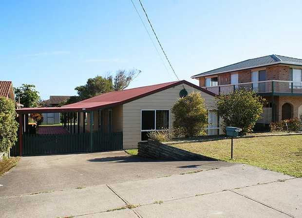 Situated in Sandy Beach, this perfect family home is located approximately 100 metres away from the...
