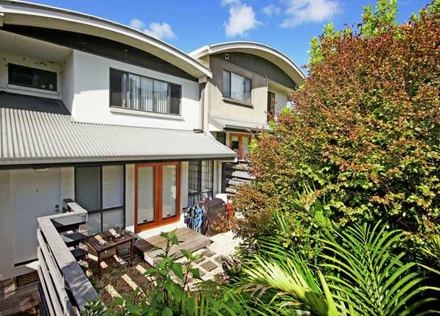 This townhouse is located only a short walk to beaches, major shopping centre, sporting fields and...