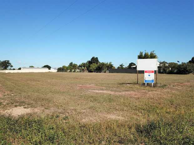 If you are looking for a level small acreage block with town water and 2 street access on the city...