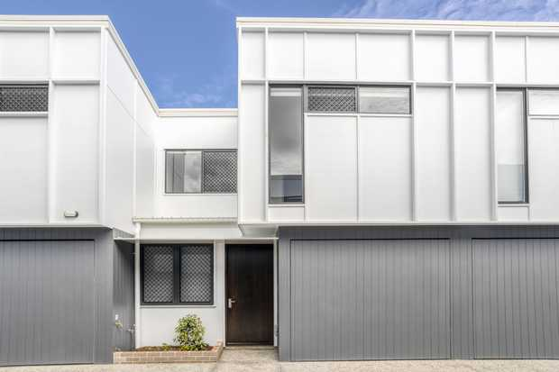 This perfectly located unit is only 5 minutes walk to Ocean Street, Duporth Avenue and Bradman Avenue...