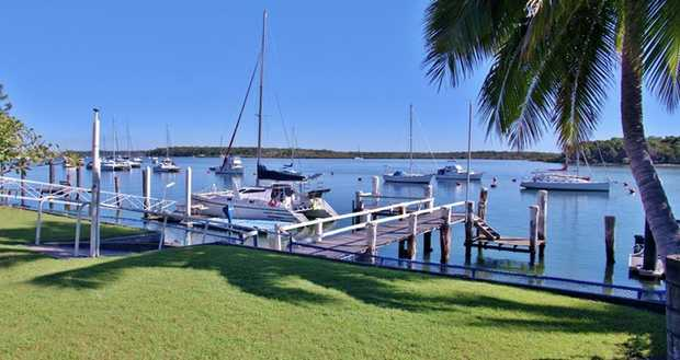 A prime 875m2 allotment with private jetty and deep water frontage to Snapper Creek.  A large 2 storey...
