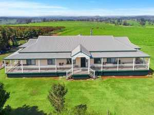 We are proud to offer this beautifully presented Queenslander on 38.69 ha (95.6 acres). Absolutely...